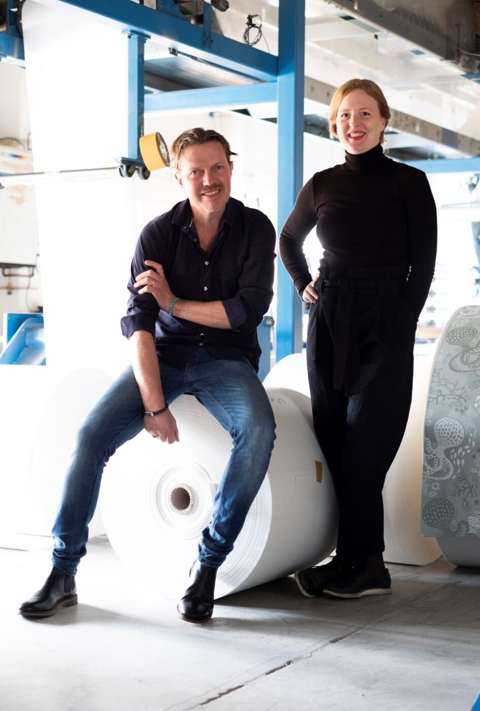 Thomas Johansson, färgmästare och Anna Andén, VD på Ulricehamns Tapetfabrik.