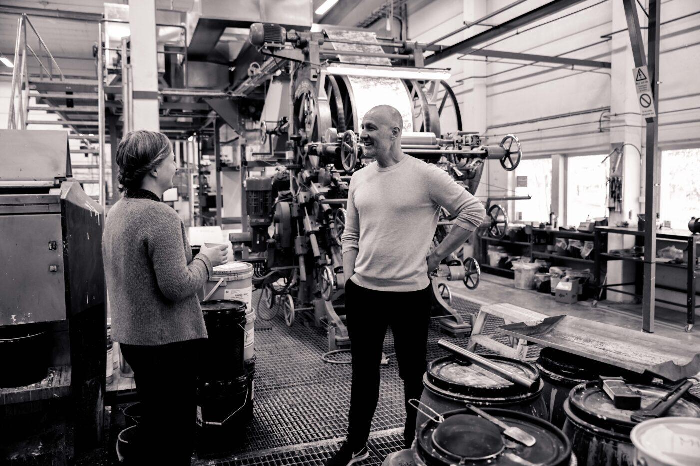 Daniel Långelid och Anna Andén i fabriken
